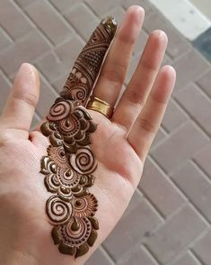 Finding the best simple and easy mehndi designs? I have curated the best top 25 simple mehndi design images. Henna Hand Designs, Dulhan Mehndi Designs, Mehndi Designs Finger, Palm Mehndi Design, Simple Arabic Mehndi Designs, Beginner Henna Designs, Mehndi Design Pictures, Mehndi Designs For Girls, Wedding Mehndi Designs