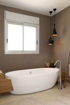 Badezimmer in Braun und Beige und freistehende Badewanne