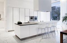 Ingebouwde witte keukenkasten