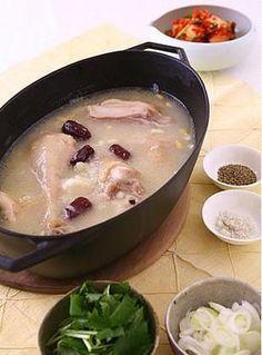 鶏肉とにんにく、なつめ、松の実などを煮込んだ体の内側から元気になる韓国のスープです。