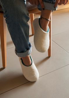 White home slippers for women felted by hand in naturally white and turquoise merino wool. Absolute cosiness and comfort for your feet. Felted Wool Slippers, Useful Life Hacks, White Houses, Womens Slippers, Wool Felt, Merino Wool, Heeled Mules, Shell, Turquoise