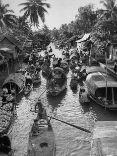 Floating market - Klong Bang Kun Non, Bangkok, Thailand. in 1950 Asian History, British History, Thailand Floating Market, Thailand History, Bangkok Travel, Bangkok Thailand, Bangkok Market, Buddha, Thailand Photos