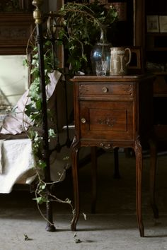 アンティークナイトテーブル ベッドサイドカップボード シュヴェ フランス ルイ15世様式ロココ ウォールナット