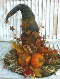 Halloween fall decoration with witch's hat Table Halloween, Fete Halloween, Holidays Halloween, Halloween Crafts, Halloween Decorations, Fall Decorations, Halloween Witches, Halloween Ideas, Samhain Decorations
