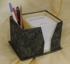 Une boîte, fendue sur le devant, et posée sur un socle