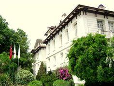 BÜYÜKADA ANADOLU KULÜBÜ Anadolu Kulübü Binası; İstanbul Adalar İlçesi Büyükada Nizam mahallesinde inşa edilmiştir. Yapının mimarı ve kesin inşa tarihi bilinmemektedir. İngiliz Yat Kulübü iken Anadolu Kulübü olarak devir alınmıştır. Bugün 350 yataklı beş büyük bina mevcut olup biri idare binası, biri oyun binası ikisi ise tarihi eser niteliğinde köşktür. Birisi yıkılan eski beyaz evin yerine yapılan büyük binadır.