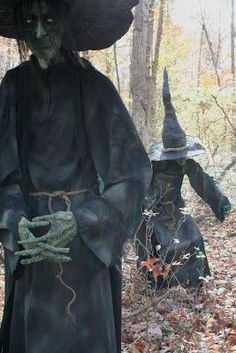 Grim Hollow Haunt: If I saw these props in real life, I& probably poop myself. How is that I love Halloween? Fete Halloween, Creepy Halloween, Outdoor Halloween, Halloween Projects, Holidays Halloween, Vintage Halloween, Happy Halloween, Halloween Decorations, Halloween Witches