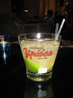 Caipirinha er den mest populære cocktail i brazilien, og det er ikke uden grund! Den er nem, frisk og lækker.  5 cl Cachaca 1 spsk. Rørsukker ½ Lime i både ½ kop knust is