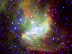 Este imagem da brilhante região de formação estelar NGC 346, em que diferentes comprimentos de onda de luz se juntam, como aguarelas, revela novas informações sobre como estrelas se formam. NGC 346 situa-se 210.000 anos-luz de distância, na Pequena Nuvem de Magalhães, uma galáxia anã vizinha da Via Láctea.