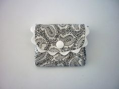 Carteira em branco e preto/ Carteira 3 Bolsos extensíveis / Cartões, notas e moedas / Carteira para viagem / Prenda senhora/ 8 cm x 7cm by LittleandCosy on Etsy