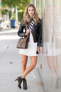 Chiara Ferragni usa vestido branco com jaqueta, bolsa e botas Louis Vuitton