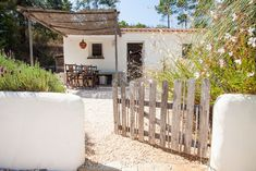 modern and tipical portugues house - Houses for Rent in Aljezur Municipality, Faro District, Portugal Future House, My House, Spanish House, Beach Cottages, Renting A House, Architecture, Exterior Design, Exterior Paint, Outdoor Living