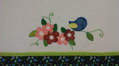 Pano de prato. Patchcolagem. Flores e passarinho. Patchwork de Mãe.