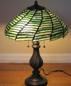 Getting The Perfect Table Lamp For Your Room – Beautiful Lamps Tiffany Stained Glass, Stained Glass Lamps, Tiffany Glass, Stained Glass Projects, Leaded Glass, Stained Glass Windows, Mosaic Glass, Tiffany Green, Antique Lamps