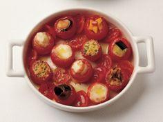 Mini Domates Dolması    Domateslerin üst kısımlarını kesip içlerini boşaltın. Ufalanmış ekmeği doğranmış otlar, tuz ve zeytinyağıyla karıştırıp 8 adet domatesi doldurun. Diğer 8'ini mozzarella, 8 adedini bir parça karides ve bir tutam tuzla doldurun. 4 adet domatesi küp kesilmiş patlıcan, 4'ünü midye içi, 4'ünü doğranmış siyah ve…