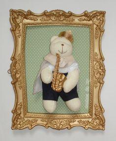Duo de quadros dourados, fundo verde poá marrom, aplique de urso com saxofone dourado. <br>Aplique de frase e nome em mdf. <br>Pode ser personalizado.