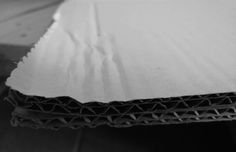 Lijn: Een stuk karton dat zich positioneert in een L-compositie en een contrastrijke sfeer. Door de binnenkant van het karton krijgt deze foto toch nog ritme.