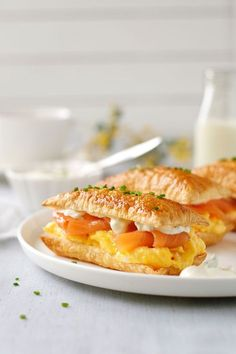 Puff pastry with soft scrambled eggs and smoked salmon layers: Smoked Salmon and Egg Breakfast Mille-feuille is my interpretation of a breakfast Mille-feuille! Just 5 minutes prep for this recipe, and a very elegant breakfast / brunch idea. Smoked Salmon Breakfast, Smoked Salmon And Eggs, Breakfast Plate, Breakfast Items, Breakfast Energy, Breakfast Buffet, Grits And Eggs, Classic French Desserts, Sandwiches