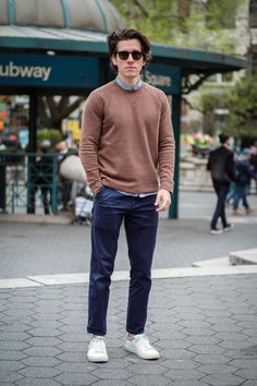 How should chinos fit? Are they business casual? What kind of shoes should you wear with chinos? This guide has all your answers and outfit ideas. Chinos Men Outfit, Sneakers Outfit Men, Men's Sneakers, Smart Casual Men, Business Casual Men, Casual Look For Men, Blue Chinos, Men's Chinos, Look Cool