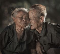 Love shines Race Humaine, Old Faces, Older Couples, Grow Old With Me, Growing Old Together, People Around The World, Cambodia, Happy People Photography, Alter