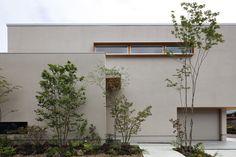 ガレージハウス テラスのあるガレージハウス アーキッシュギャラリー Japanese Architecture, Facade Architecture, Landscape Architecture, Building Exterior, Building A House, Garage House, My House, Front Garden Landscape, Narrow House