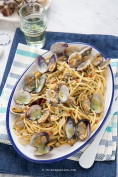 Spaghetti alle vongole The traditional recipe from Campania, easy and quick to make spaghetti with creamy and tasty clams like in a restaurant, the secret is the simplicity of the ingredients ! Yummy Pasta Recipes, Seafood Recipes, Healthy Recipes, Spaghetti Vongole, Feta, Italian Pasta, Snacks, Pasta Dishes, Italian Recipes