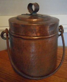 Antique hammered copper bucket with lid italy EXCELLENT! Copper Art, Copper And Brass, Hammered Copper, Antique Copper, Bucket With Lid, Water Bucket, Copper Kitchen Utensils, Iron Decor, Buckets