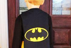 Você pode fazer uma capa do Batman para o seu pequeno usar em uma festa à fantasia ou somente para se divertir com os amiguinhos. E não pense que você i