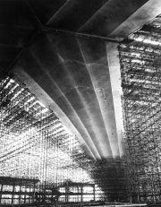 Centre national des industries et des techniques, La Défense, 1952-1958, vue de la voûte en cours de chantier, cliché Jean Biaugeaud, Paris © Fds Zehrfuss. Académie d'architecture/CAPA