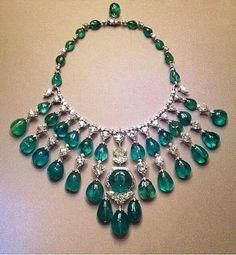 The Jewel Closet: Emerald and Diamond Necklace By Viren Bhagat Modern Jewelry, Jewelry Art, Antique Jewelry, Jewelry Gifts, Gold Jewelry, Vintage Jewelry, Fine Jewelry, Jewelry Design, Jewellery