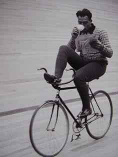 Fausto Coppi enjoying a coffee cycling faustocoppi coppi cycling giroditalia tourdefrance bicycle coffee coffeebreak work vintage newspaper Journal Photo, People Reading, Dynamo, Radler, Velo Vintage, Vintage Bikes, Serge Gainsbourg, Bike Style, Foto Art
