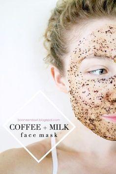Ingredientes:Granos de café y leche. Beneficios: El café está lleno de antioxidantes que protegerán tu piel y prevendrán arrugas. Estos mismos antioxidantes actúan como un calmante para la piel, haciendo del café el ingrediente perfecto para los que sufren de acné. Al aplicarlo a la piel también mejora la circulación de la sangre dándole un brillo luminoso. La leche contiene ácido láctico y vitaminas A y D. Actúa como un exfoliante gentil y delicado que te dejará la piel como terciopelo.