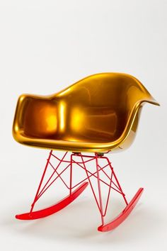 Golden Eames Rocking Chair y Designer Charles & Ray Eames/Reha Okay Manufacturer Hermann Miller made by Vitra/okay art Material laquered fiberglass, laquered metal Charles & Ray Eames, Gaudi, Cool Furniture, Furniture Design, Eames Furniture, Unusual Furniture, Vintage Furniture, Eames Rocking Chair, Eames Rocker
