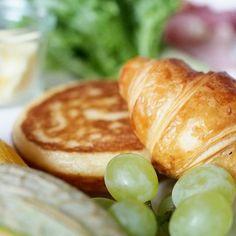 Pancakes and Croissants 👌☕🍳 #perfectbreakfast #morning #midsummer #långvik #juhannus #kesä #aamupala #pancakes #croissant #fruits #anninuunissa   #langvikhotel #långhotsummer http://www.langvik.fi/