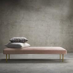 Den nye tinekhome kollektion af daybeds, lænestole og puffer er designet i smuk og blød velour og skønne runde former. Med denne linje ønsker vi at bringe elegance ind i hjemmet, samt udtrykke en mere hjemlig følelse i vores hotelprojekter rundt omkring i verdenen. I DAY møbellinjen kan du vælge mellem 4 farver i velour: rosa, mos, phantom og smoke.
