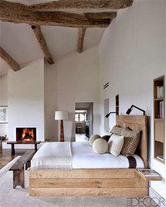 Colori naturali per una camera da letto sobria ed elegante.