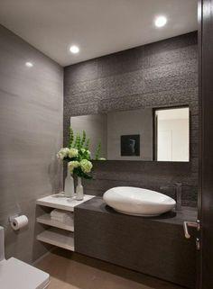 fleurs dans la salle de bain moderne avec meubles mobalpa