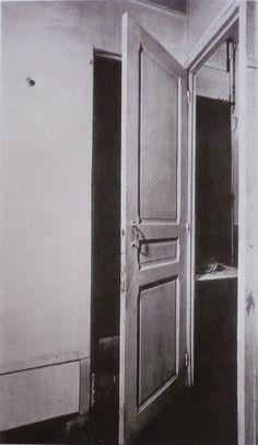 Marcel DUCHAMP (1887-1968), Porte simple au lieu de deux portes, 1927, système aménagé dans son appartement parisien (11 rue Larrey) permettant de relier ou de séparer les pièces de la chambre, de la salle de bains et de l'atelier.
