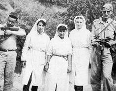 sur cette Photo prise à Ouazana en wilaya IV historique, En Mai 1956, de gauche à droite : Abbane Ramdane, Bazi Safia, Mesli Fadhila, Belmihoub Meriem et Amara Rachid avant que ce dernier tombe au champ d'honneur le 13 Juillet 1956 au même lieu.