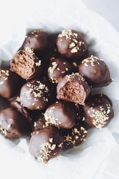 S'mores Cookie-Dough Truffles Are Little Balls Of Happiness Chocolate Dip Recipe, Chocolate Coconut Cookies, Melting Chocolate Chips, Chocolate Dipped, Cake Ball Recipes, Dessert Recipes, Cookie Dough Truffles, Cake Bites, Love Eat