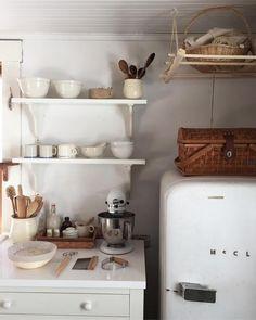 Shabby Chic Home Decor Mini Kitchen, Kitchen Dining, Kitchen Decor, Cottage Shabby Chic, Shabby Chic Homes, Küchen Design, House Design, Cozinha Shabby Chic, Interior Exterior