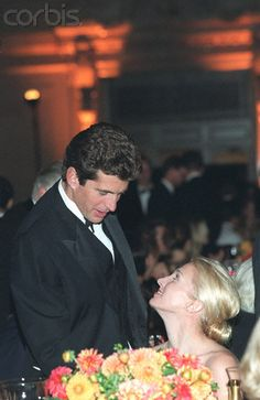 E 354583 001 05 Oct 1998 New York City John Kennedy Jr. & His Wife Carolyn Bessette Kennedy At The Grand Central Station Gala. (Photo By Joe Vericker/Getty Images) John Kennedy Jr., Les Kennedy, Carolyn Bessette Kennedy, Jacqueline Kennedy Onassis, Carolyn Bessette Wedding, Jaqueline Kennedy, Caroline Kennedy, Jfk Jr, Vogue Paris