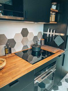 Transformation et aménagement de cette cuisine IKEA noire cosy et chaleureuse. Kitchen Cabinets And Cupboards, Kitchen Cabinet Shelves, Black Ikea Kitchen, Green Kitchen, Home Decor Kitchen, Kitchen Interior, Home Kitchens, Küchen Design, Modern Kitchen Design
