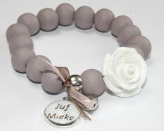 Leuk armbandje als bedankje voor de juf. Jewelery, Presents, Jewelry Making, Beaded Bracelets, Chain, Crafts, Communion, Stud Earrings, Accessories