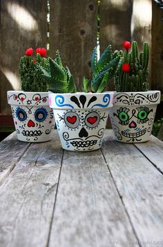 Day of the Dead Sugar Skull planters pots summer or spring project decorating Painted Clay Pots, Painted Flower Pots, Hand Painted, Diy Day Of The Dead, Day Of The Dead Party, Halloween Crafts, Holiday Crafts, Halloween Decorations, Halloween Stuff