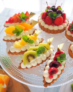 Pin by Connie on desserts in 2019 Fancy Desserts, Delicious Desserts, Yummy Food, Mini Cakes, Cupcake Cakes, Tart Recipes, Dessert Recipes, Food Decoration, Sweet Tarts