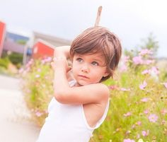 Junge mit längeren Haaren