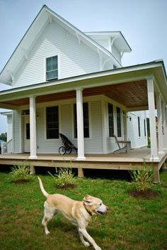 Look at this amazing farmhouse!  It looks like it's straight out of a Hopper painting.