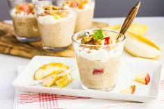 Recept voor bananen-vanillevla voor 4 personen. Met suiker, water, bakpapier, vanillevla, banaan, appel, slagroom en walnoten