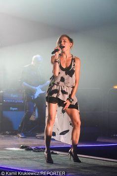 Ania Wyszkoni w sukience na scenie